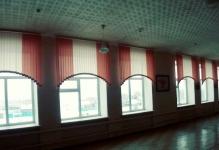Вертикальные жалюзи с арками в школе