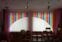 Вертикальные жалюзи с ламбрекеном в детском саду